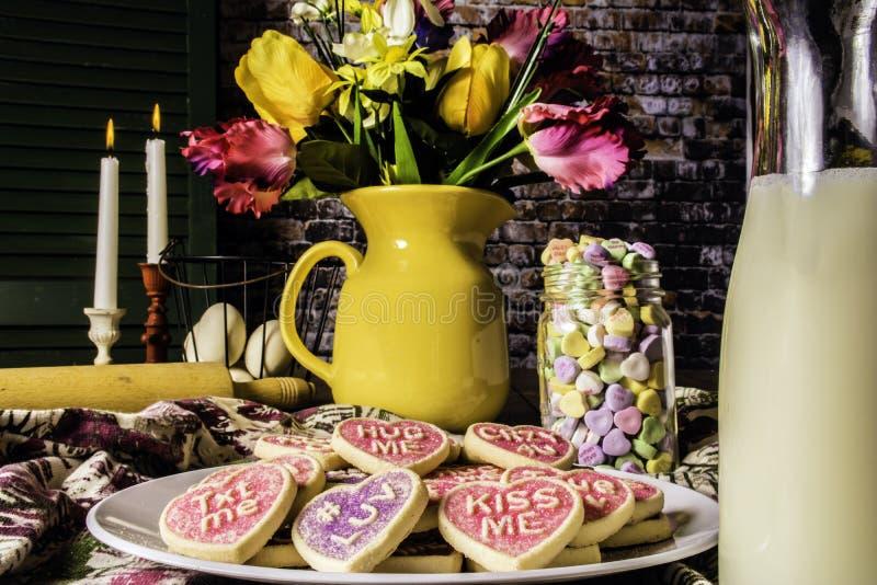 华伦泰曲奇饼和瓶牛奶 免版税图库摄影