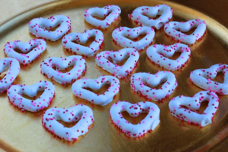 华伦泰的心脏涂了巧克力的椒盐脆饼 库存图片