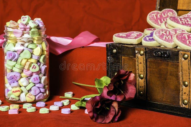 华伦泰糖果心脏和曲奇饼 免版税库存照片