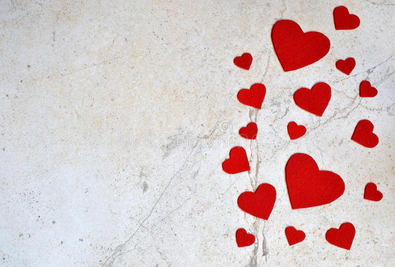 华伦泰` s与手工制造毛毡心脏的天背景 华伦泰,浪漫,爱概念 愉快的恋人天贺卡大模型 C 免版税图库摄影