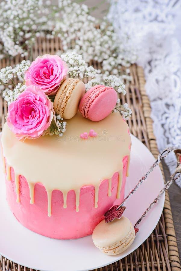 华伦泰` s天桃红色蛋糕 库存图片