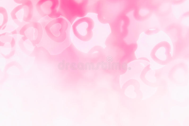 华伦泰` s天软绵绵地桃红色,白色bokeh迷离心脏摘要背景  免版税库存照片