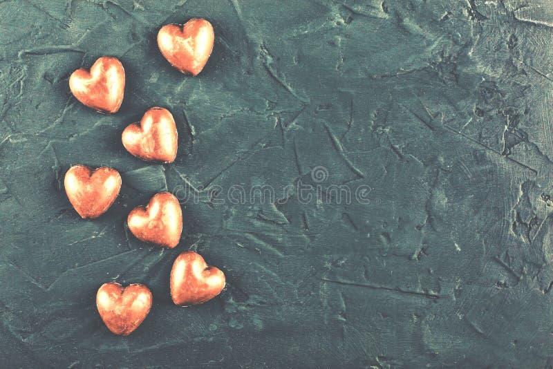 华伦泰` s天,第一爱人,爱,巧克力心脏的幸福 库存照片