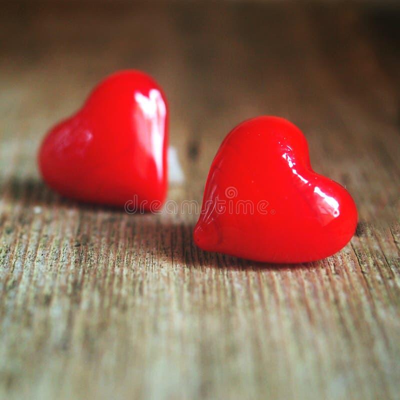 华伦泰` s天-在木背景的红色心脏 图库摄影