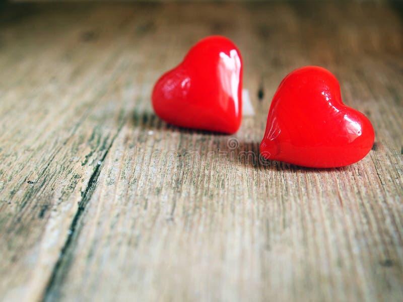 华伦泰` s天-在木背景的红色心脏 库存照片