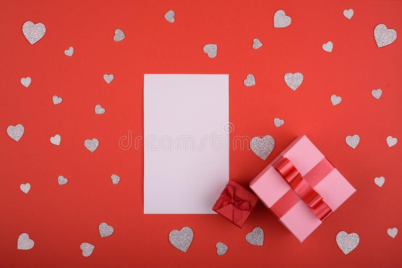 华伦泰` s日概念 白色纸片在红色背景和唯一心脏的 文本的空间 库存照片