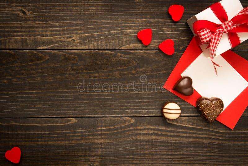 华伦泰` s日背景 礼物盒、红色心脏和华伦泰` s 库存照片
