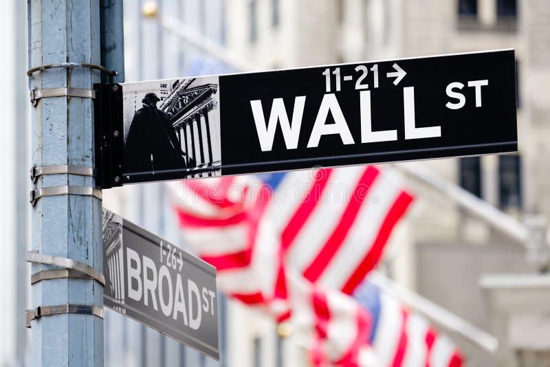 华尔街签到有美国国旗的纽约在bac 免版税库存照片