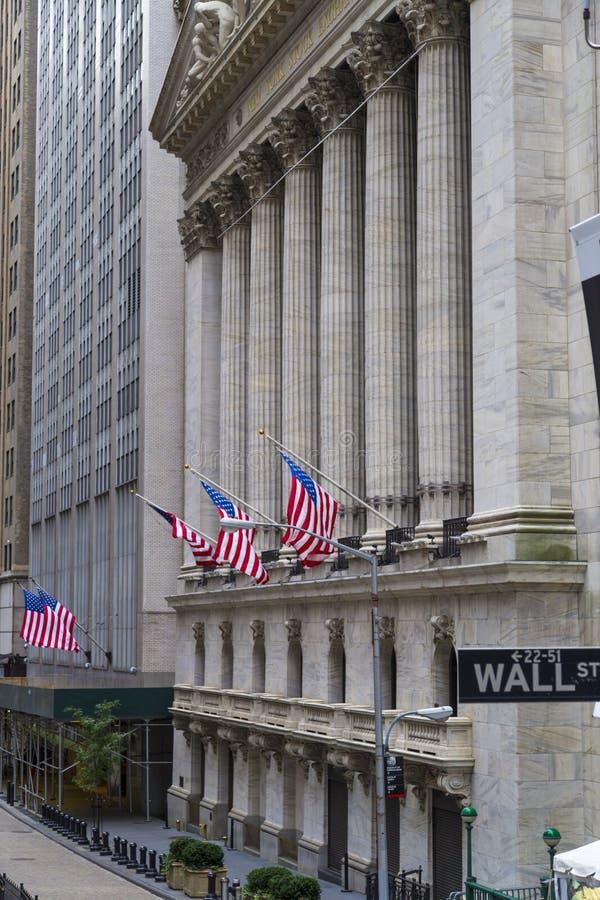 华尔街签到纽约有纽约证券交易所背景 免版税库存照片