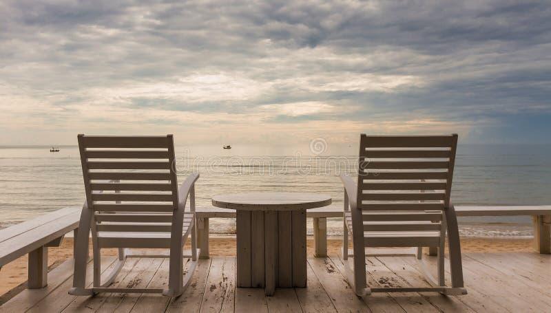 华欣假期日出概念有海滩睡椅和海视图 库存图片