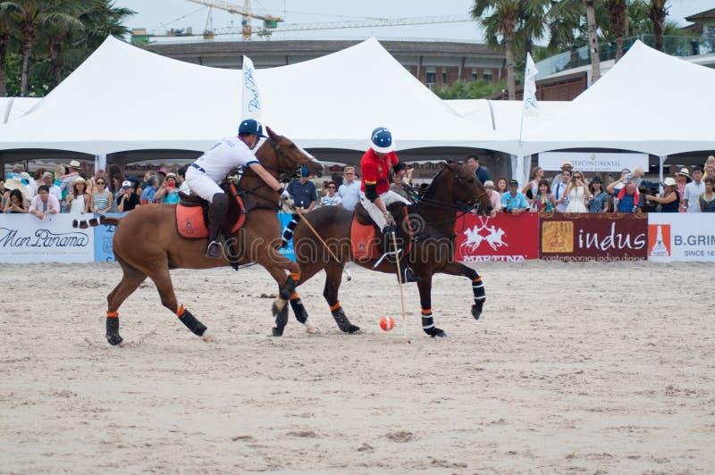 华欣,泰国- 4月25 :印度马球队(白红色)使用反对泰国马球队(白色)在2015个海滩马球亚洲C期间, 免版税库存图片