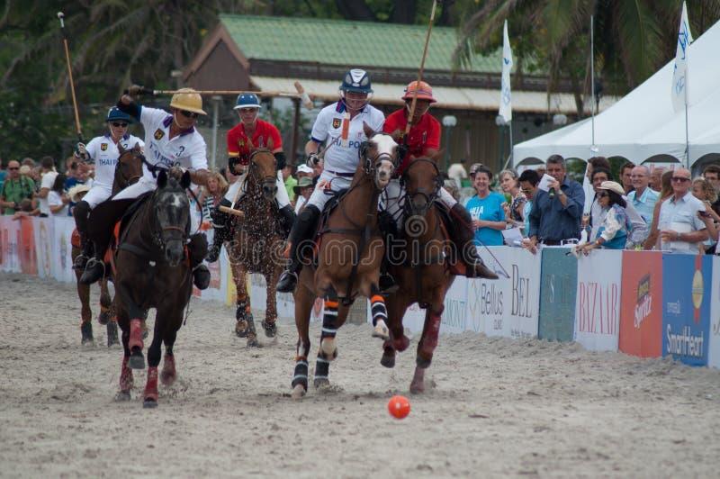 华欣,泰国- 4月25 :印度马球队(白红色)使用反对泰国马球队(白色)在2015个海滩马球亚洲C期间, 库存图片