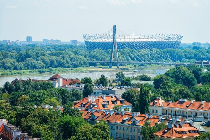 华沙、苏帕查拉赛体育场和维斯瓦河都市风景,在波兰 免版税库存照片