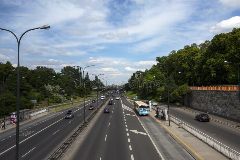 Download 华沙的街道,波兰 编辑类图片. 图片 包括有 华沙, 自行车骑士, 快速, 业务量, 分隔, 步行者, 车行道 - 72367760