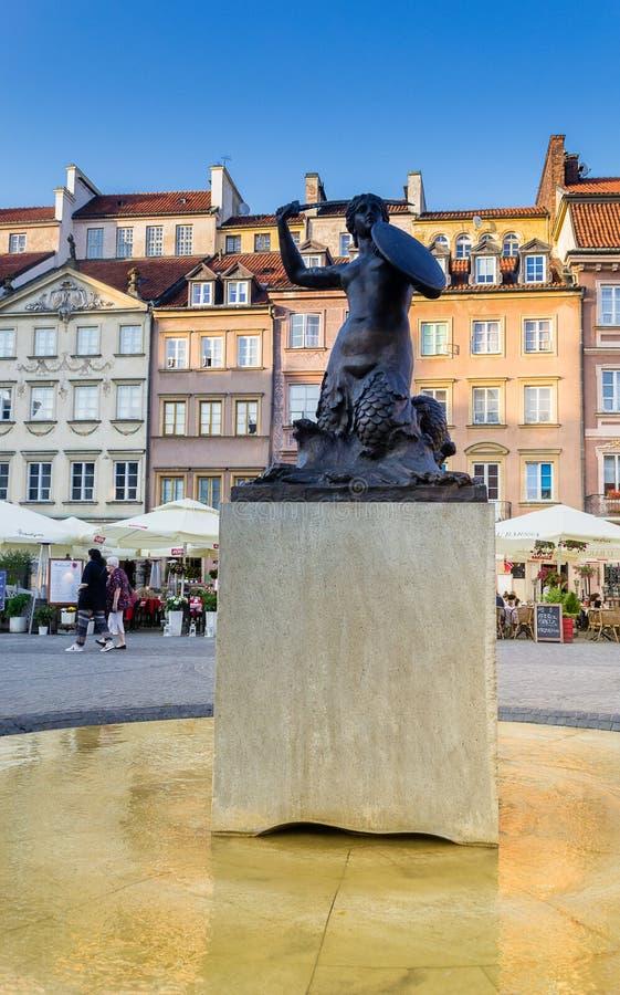 华沙雕象美人鱼在老镇集市广场 库存图片