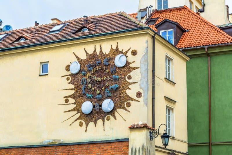 """华沙,波兰†""""2017年5月07日:有黄道带的古老时钟签到华沙 街道在老镇华沙 免版税库存照片"""