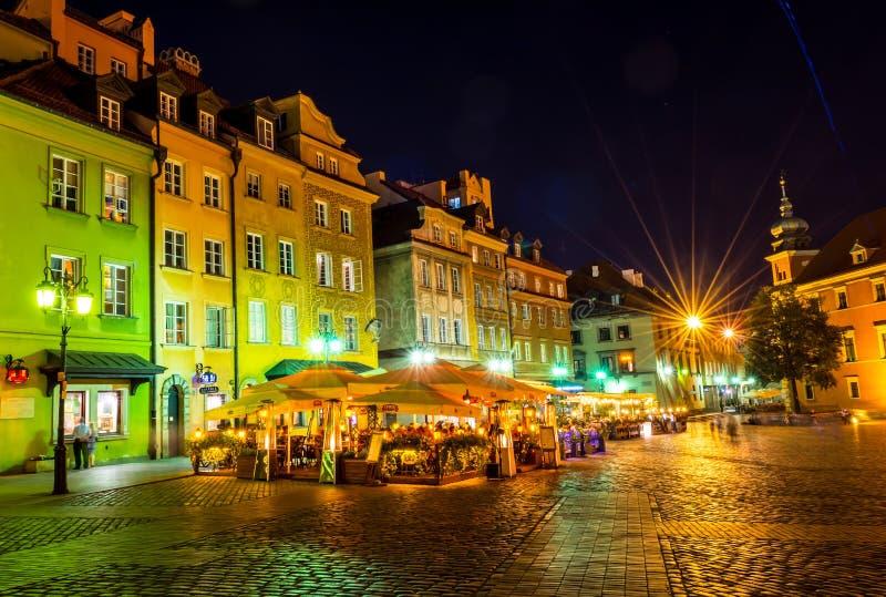 """华沙,波兰†""""2017年8月4日:老街道在华沙在晚上在根据灯笼的老镇 库存图片"""