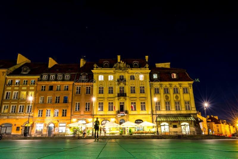 """华沙,波兰†""""2017年8月4日:老街道在华沙在晚上在根据灯笼的老镇 图库摄影"""