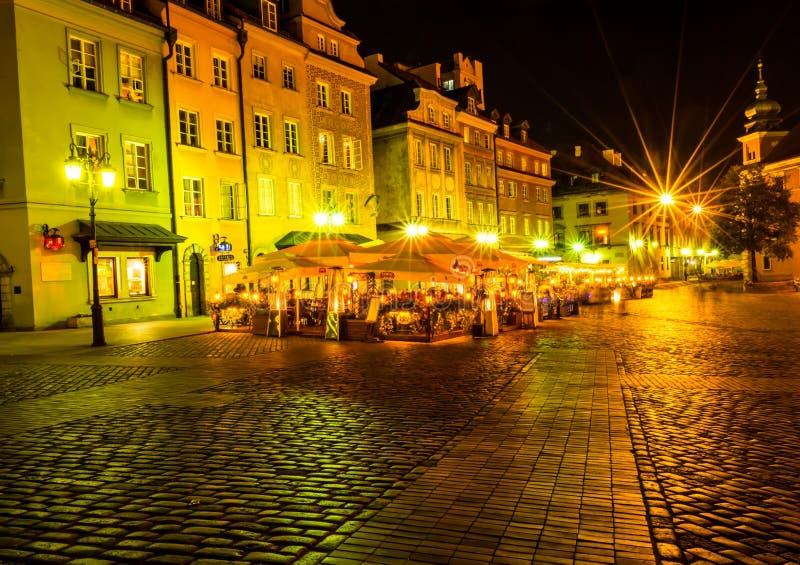 """华沙,波兰†""""2017年8月4日:老街道在华沙在晚上在根据灯笼的老镇 免版税图库摄影"""