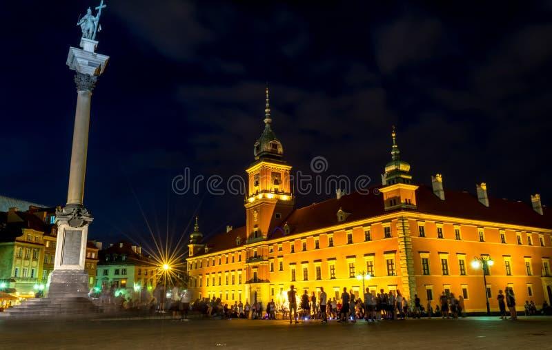 """华沙,波兰†""""2017年8月4日:Plac Zamkowy 在晚上防御正方形在华沙在老城市在晚上 库存图片"""