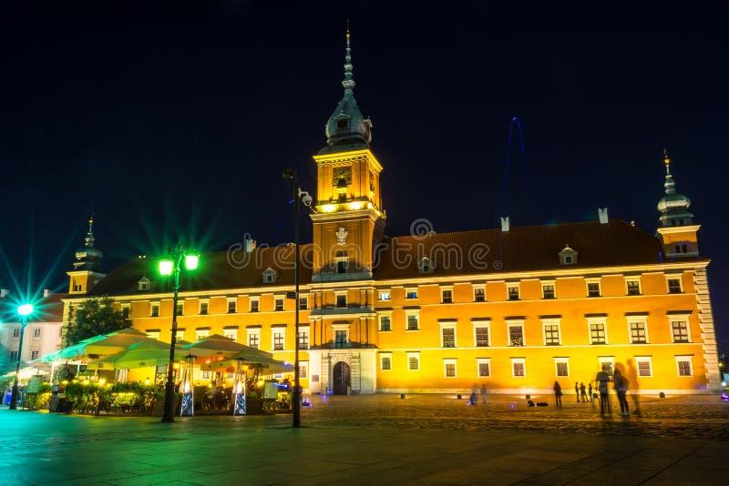 """华沙,波兰†""""2017年8月4日:Plac Zamkowy 在晚上防御正方形在华沙在老城市在晚上 免版税库存照片"""