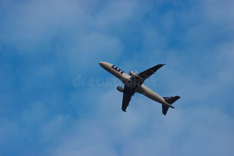 华沙,波兰03 24 2019 - 全部反对天空蔚蓝和白色云彩的飞机飞行 客机运输人 库存图片