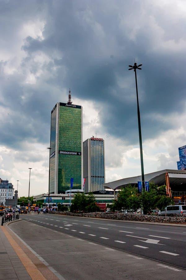 华沙,波兰- 2012年6月:中心林和牛津塔 库存图片