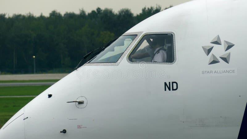 华沙,波兰- 2017年9月8日 抽签民航飞机乘员组为做准备离开的波兰航空公司 库存图片