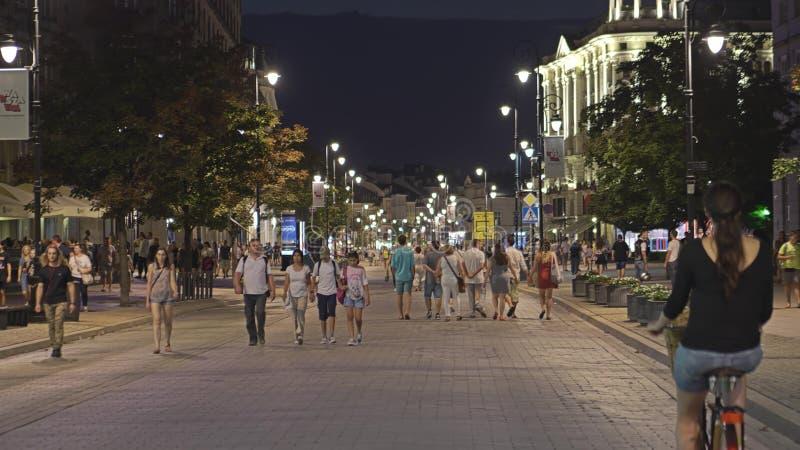 华沙,波兰- 2018年8月4日 拥挤步行街道在市中心在晚上 库存图片