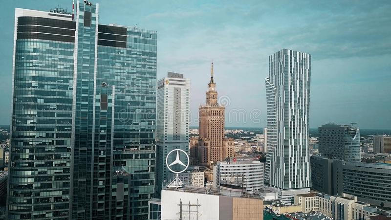 华沙,波兰- 2018年6月27日 现代和历史建筑鸟瞰图在市中心 库存图片