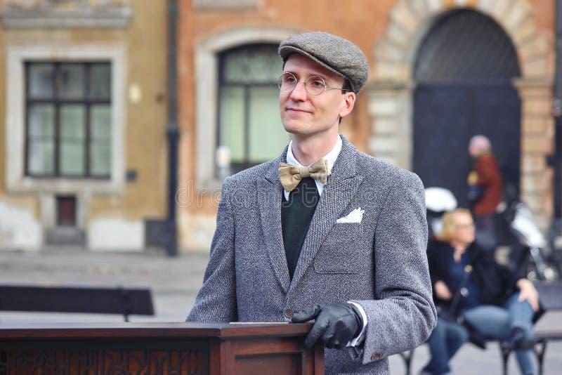 华沙,波兰03 22 2019 - 手摇风琴或手摇风琴的球员在正方形在老城市 玻璃的一个人 库存图片