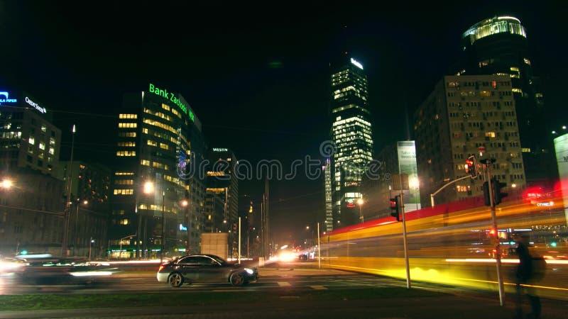 华沙,波兰- 2016年12月, 22日 长的曝光夜射击了交通在繁忙的都市interection 库存照片