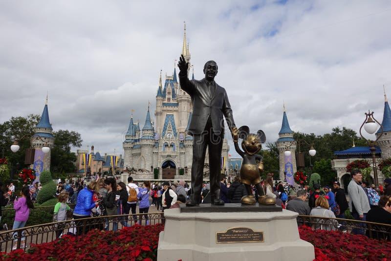 华特・迪士尼和米老鼠伙伴雕象前面水平的看法  图库摄影