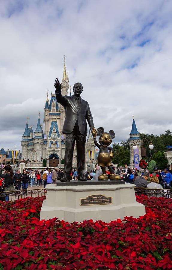 华特・迪士尼和米老鼠伙伴雕象垂直的看法  免版税库存图片