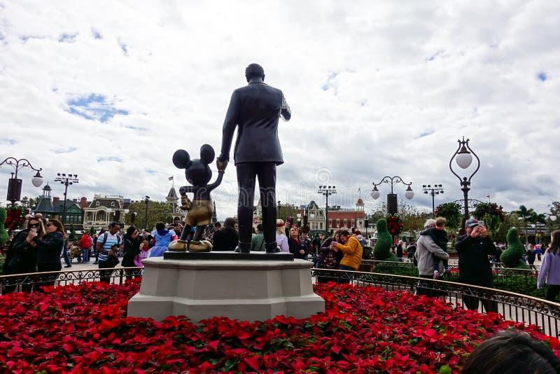 华特・迪士尼和米老鼠伙伴雕象水平的后面看法  库存图片