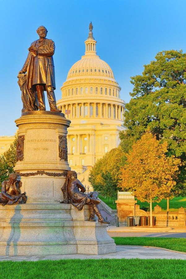 华盛顿、美国、美国国会大厦和詹姆斯A 加菲尔德星期一 库存图片