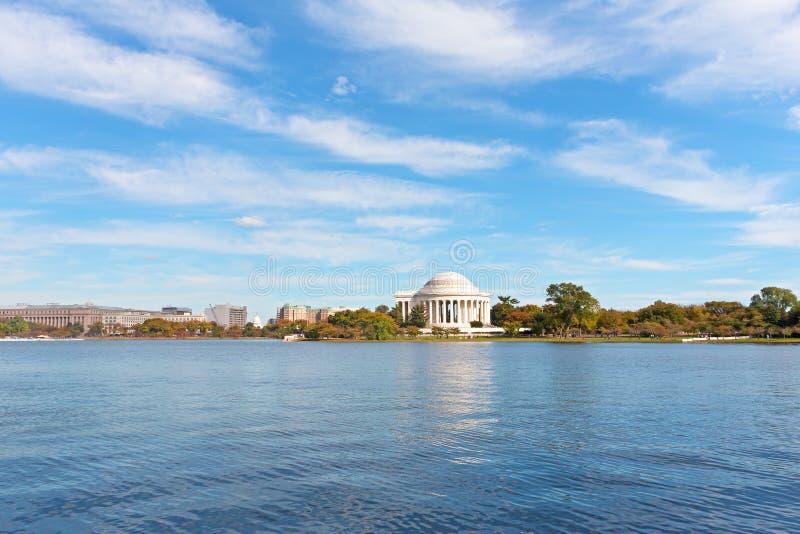 华盛顿特区全景在与托马斯・杰斐逊纪念品和美国国会的秋天在天际 库存图片