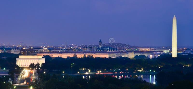 华盛顿特区地平线在晚上,包括林肯纪念堂、华盛顿纪念碑和阿灵顿纪念品桥梁 库存图片