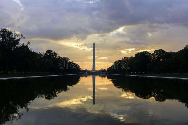 华盛顿特区地平线,在日出的华盛顿国家历史文物 免版税库存图片