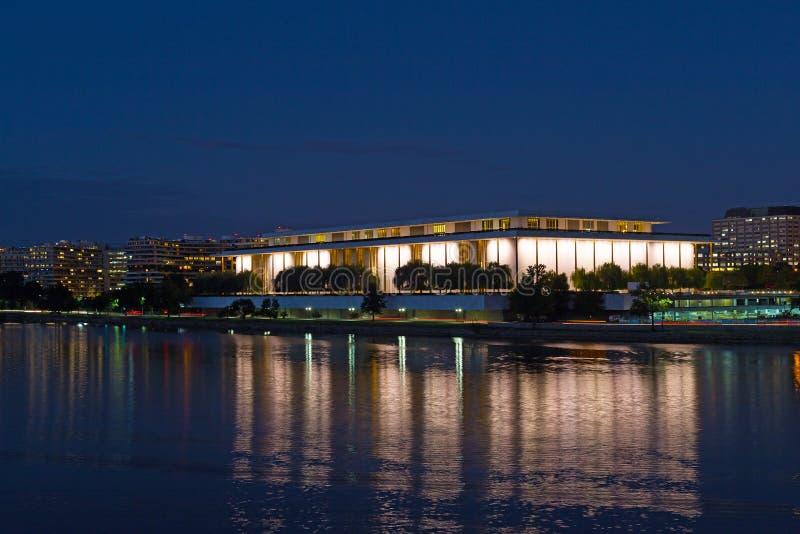 华盛顿特区有约翰的F夜全景 表演艺术肯尼迪中心在框架的中心 免版税库存图片