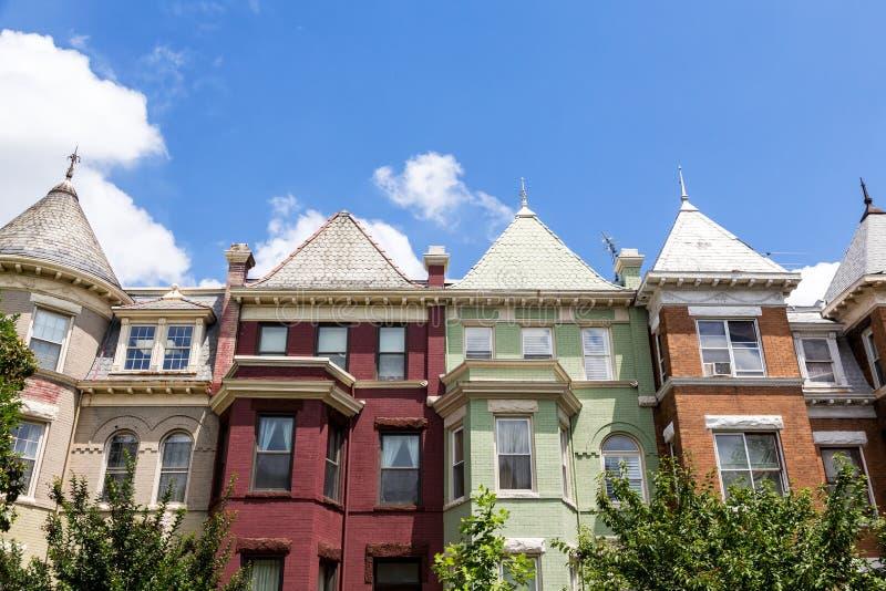 华盛顿特区的绿色,红色和橙色行格住宅在一个夏日 免版税库存照片