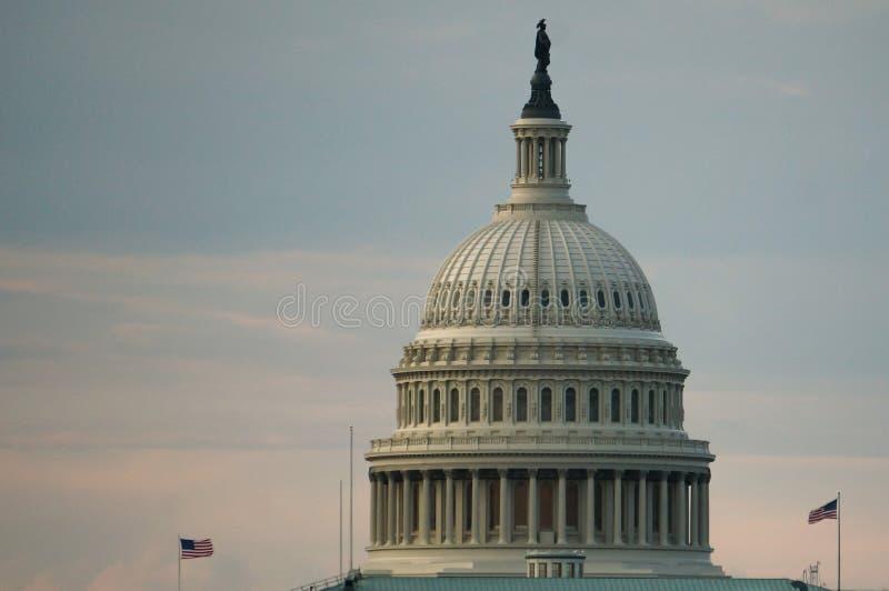 华盛顿特区,美国 08 18 2018年 美国与两面飞行的旗子的国会大厦圆顶在黎明或微明 免版税图库摄影