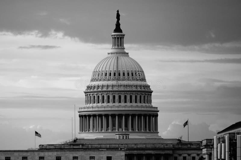 华盛顿特区,美国 08 18 2018年 美国在黄昏的国会大厦圆顶在与两面飞行的旗子的清早 B w 免版税库存图片