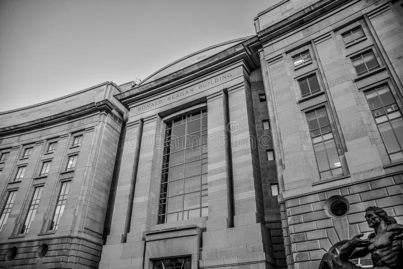 华盛顿特区,美国 罗纳德・里根大厦的看法在黑白的 免版税库存照片