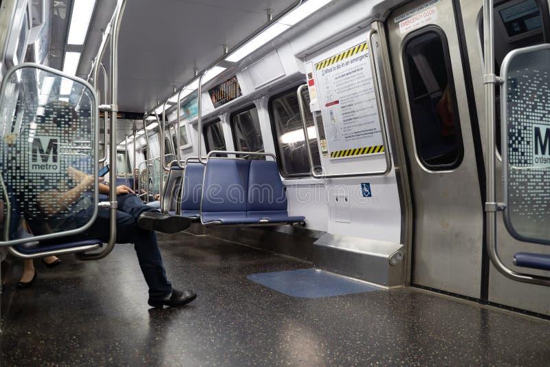 华盛顿特区- 2019年5月9日:通勤者和乘客使用在DC地铁铁路系统WMATA的新的7000系列火车 库存图片