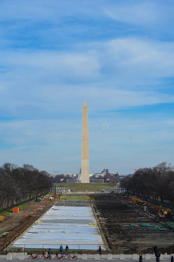 华盛顿纪念碑和国家广场的看法,当反射水池建设中时 库存照片