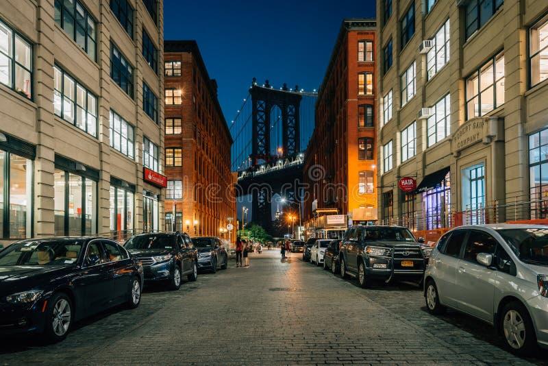 华盛顿街和曼哈顿大桥在晚上,在DUMBO,布鲁克林,纽约 免版税库存图片