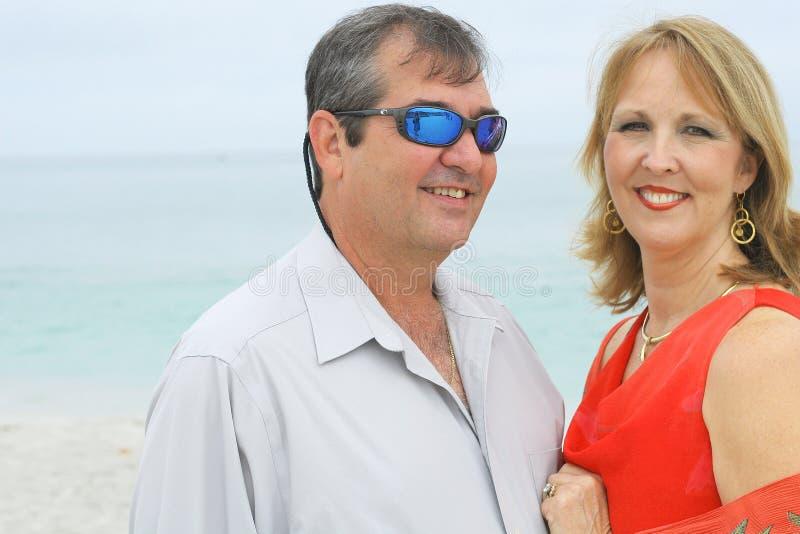 华美海滩的夫妇 免版税库存照片