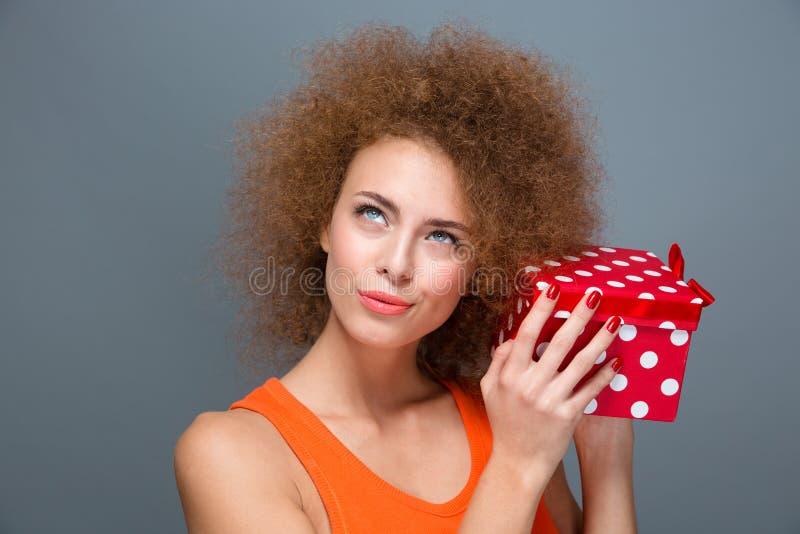 华美激动好奇女性作梦关于拿着箱子的惊奇 库存照片