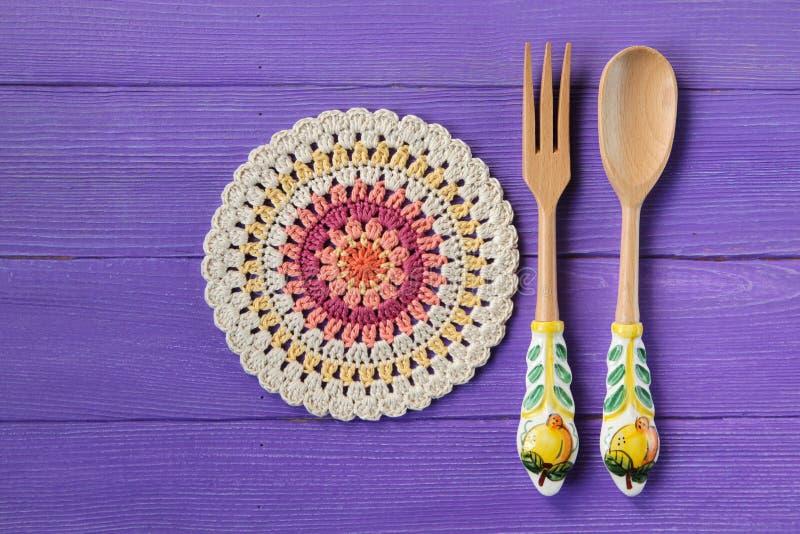 华美的坛场钩针编织小垫布和匙子有叉子的沙拉的 免版税库存图片